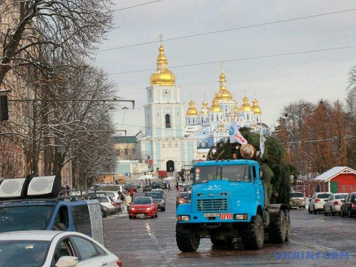 Вантажівка КрАЗ привезла головну ялинку країни до Києва - фото 2