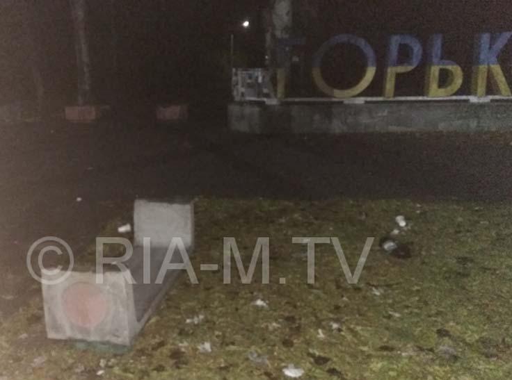 Мелітопольські вандали знесли лавки біля парку - фото 1