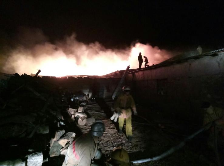 У Мелітополі на лісопилці сталася масштабна пожежа - фото 1
