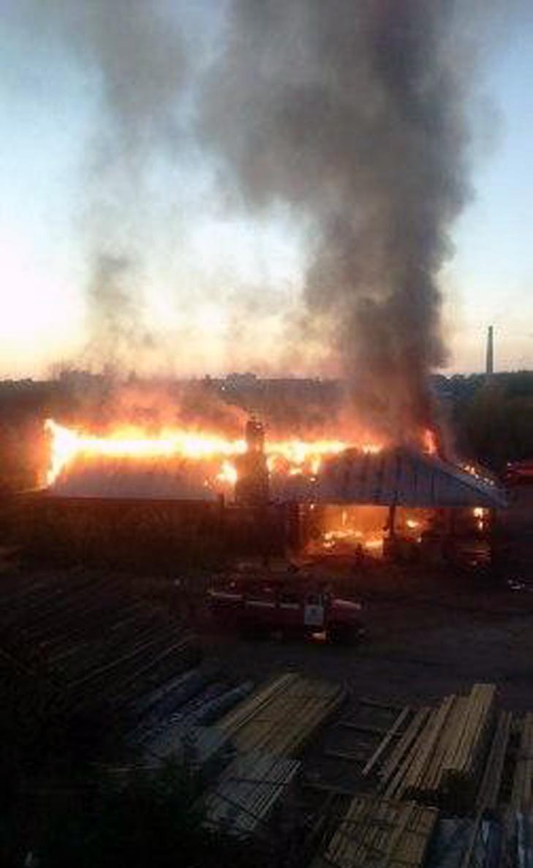 У Мелітополі на лісопилці сталася масштабна пожежа - фото 2