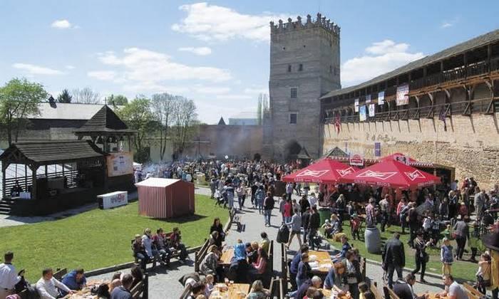 Старовинний замок, будинок з химерами, Голівуд та піца: 7 причин приїхати до Луцька (ФОТО) - фото 6