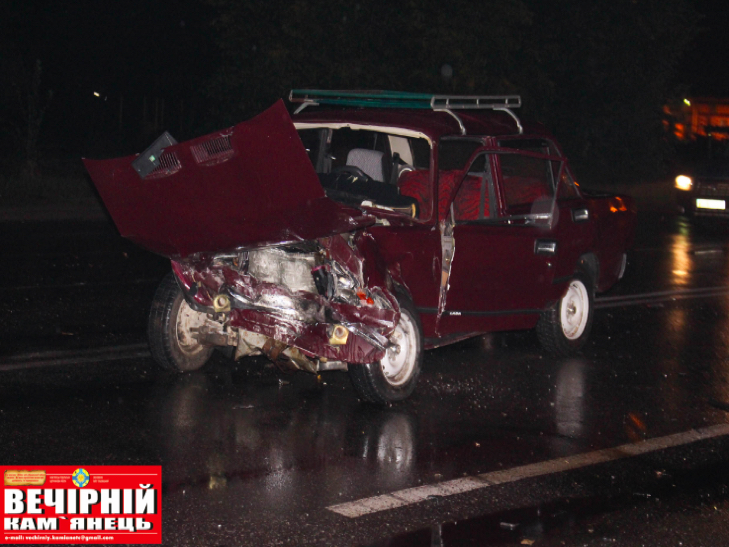 Посеред Кам'янця сталося лобове зіткнення двох авто - фото 2