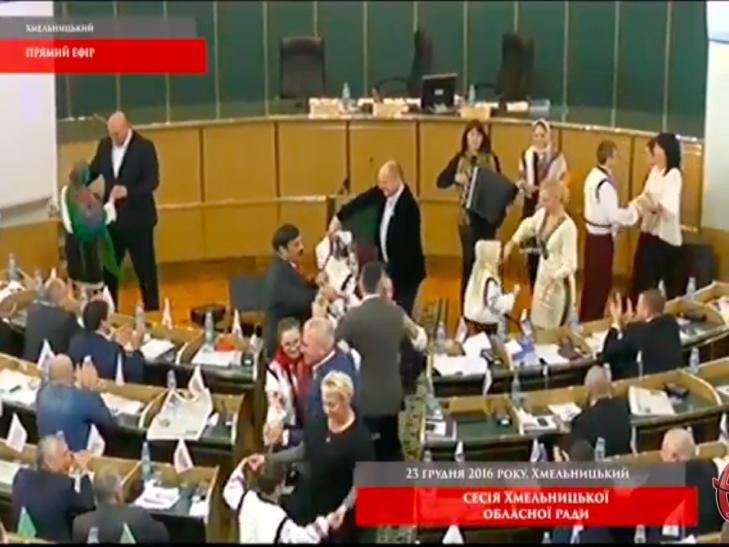 Депутати Хмельницької облради танцюють в сесійній залі - фото 1