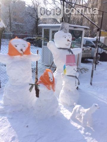 Жителі Мелітополя зліпили родину патріотичних сніговиків - фото 1