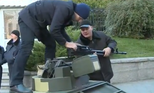Під Раду стягнули військову техніку - фото 1