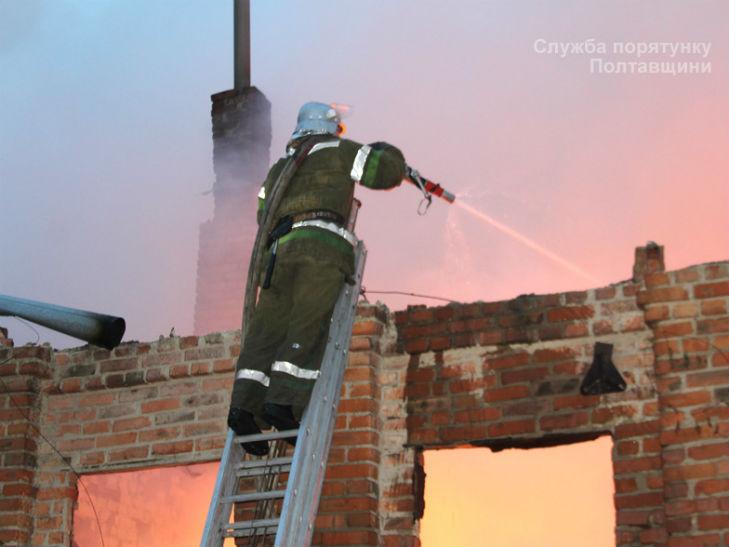 У Лубнах на Полтавщині згорів великий склад місцевого підриємства - фото 2