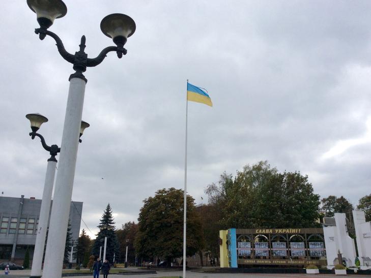 Над головним майданом Хмельницького розвівається пошматований стяг - фото 1