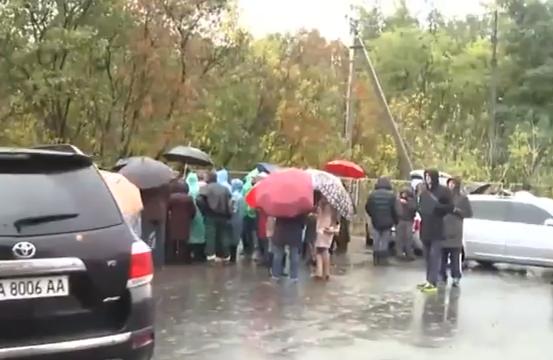 На Київщині селяни заблокували полігон сміттєвозами - фото 2