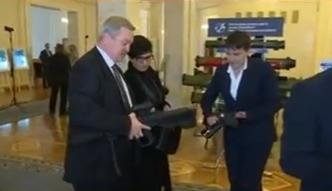 """Як Савченко """"приміряла"""" зброю у Раді - фото 2"""