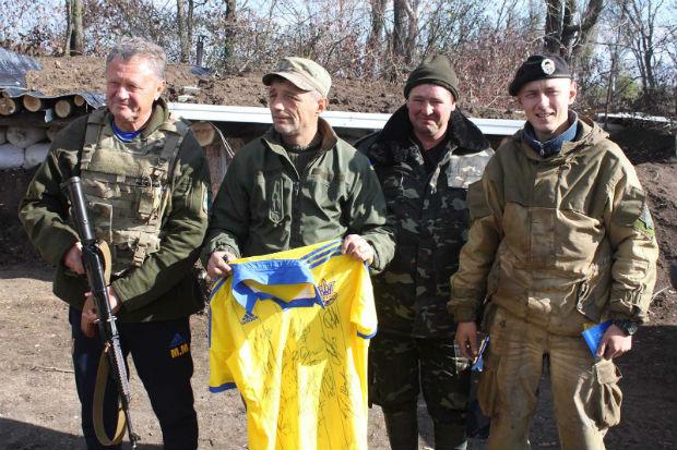 На Донбасі легендарний тренер і харківські поліцейські зіграли у футбол - фото 5