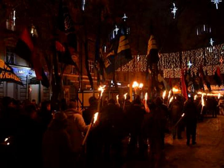 У Полтаві пройшла присвячена Бандері смолоскипна хода - фото 2