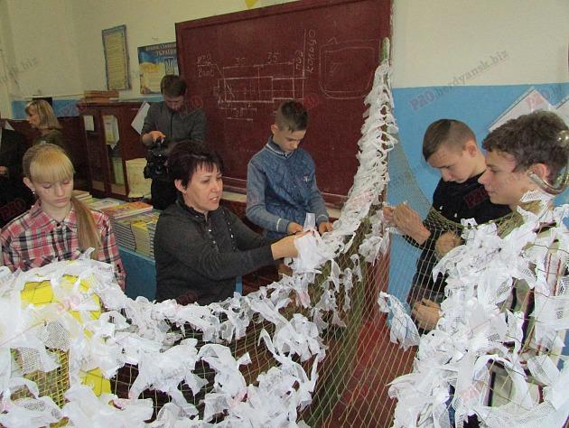 У Бердянську на уроках праці школярі плетуть маскувальні сітки (ФОТО, ВІДЕО) - фото 3