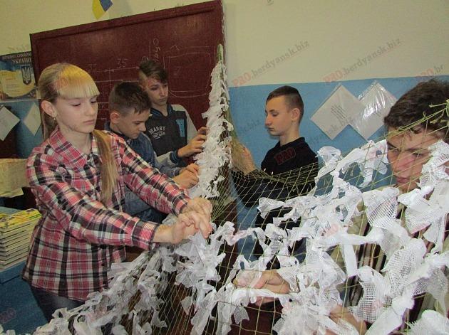 У Бердянську на уроках праці школярі плетуть маскувальні сітки (ФОТО, ВІДЕО) - фото 4