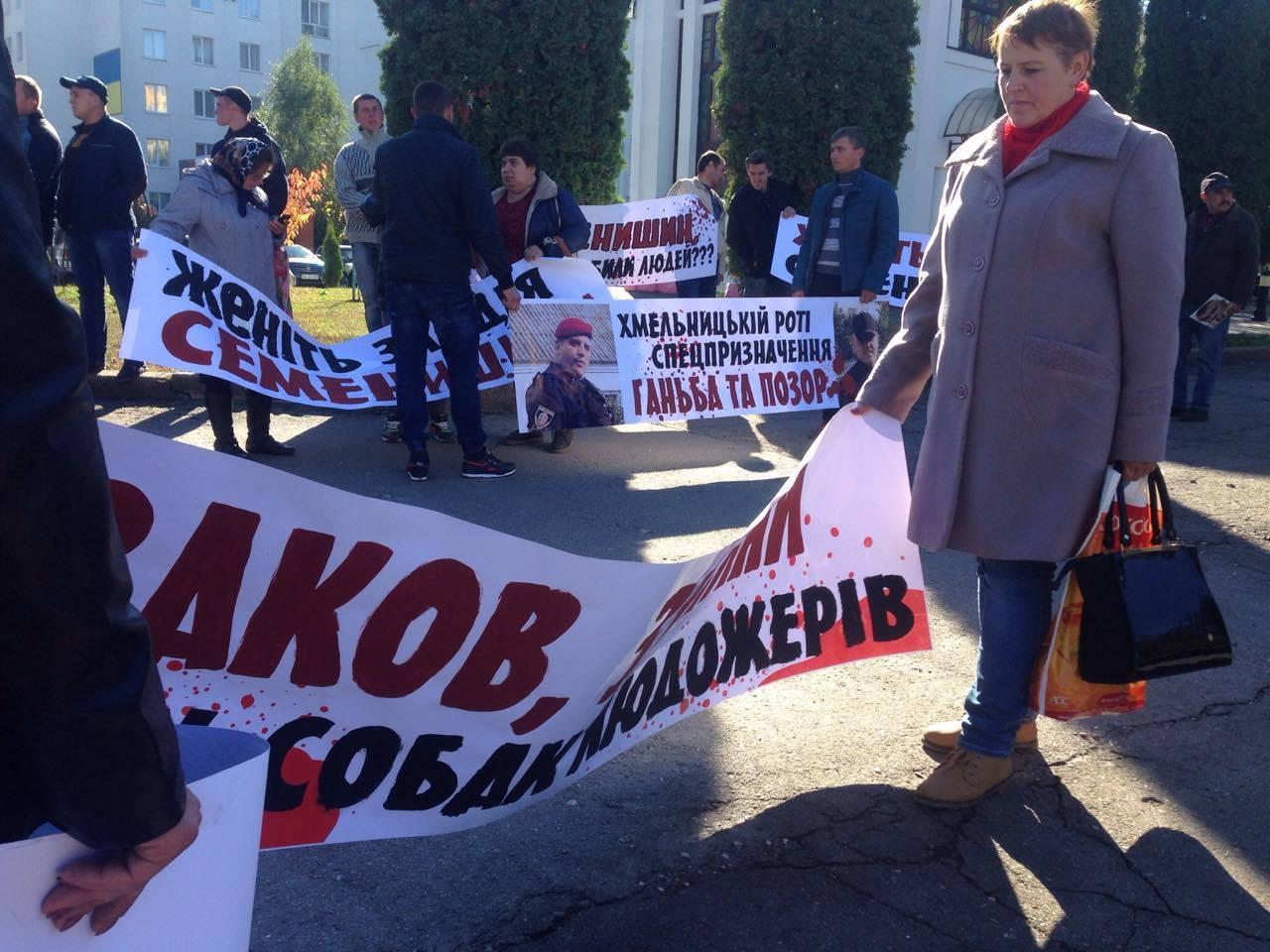 У Хмельницькому активісти від управлінням поліції вимагають звільнення Семенишина - фото 3