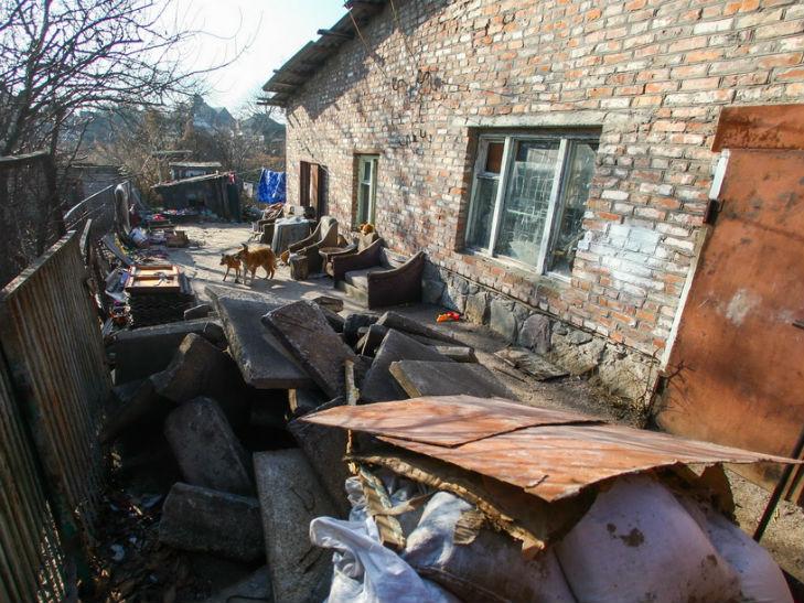 На Полтавщині сім'я з сімома дітьми живе в переобладнаному гаражі - фото 1