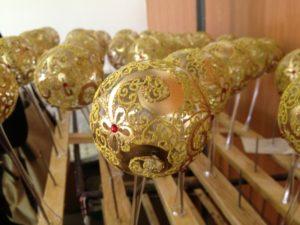 Як у Тернополі на єдиній у світі фабриці скляних фантазій творять новорічне диво - фото 4