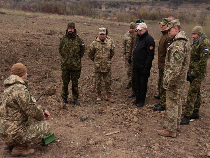 Естонські сапери переймали досвід роботи українських колег в Кам'янці - фото 1