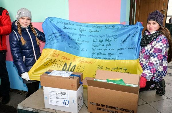 Школярі Дніпра відправили бійцям АТО до Різдва посилки з ліками - фото 2