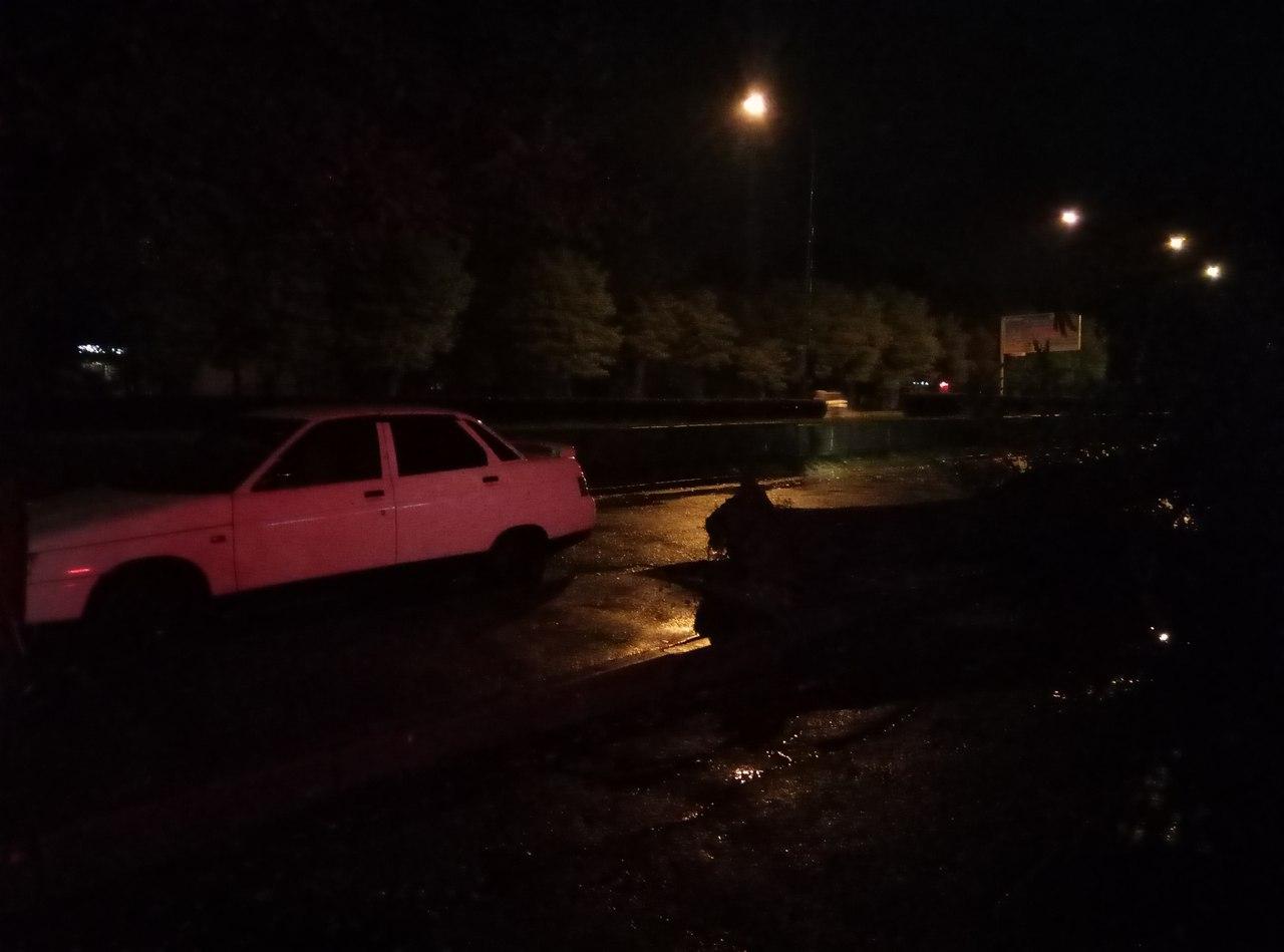 У Миколаєві через негоду електроопора впала на припарковані авто - фото 2