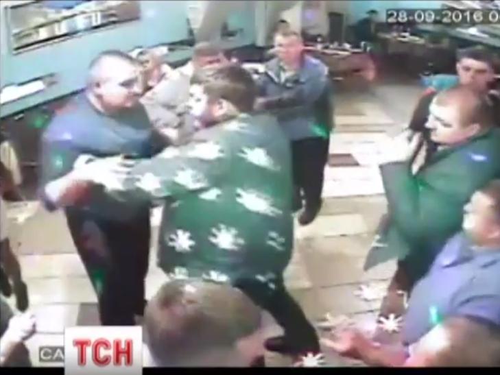 Тернопільських священників заспокоювали в нічному клубі поліцейські - фото 3