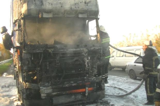 Харківські рятувальники загасили фуру з дошками, яка спалахнула на ходу - фото 2