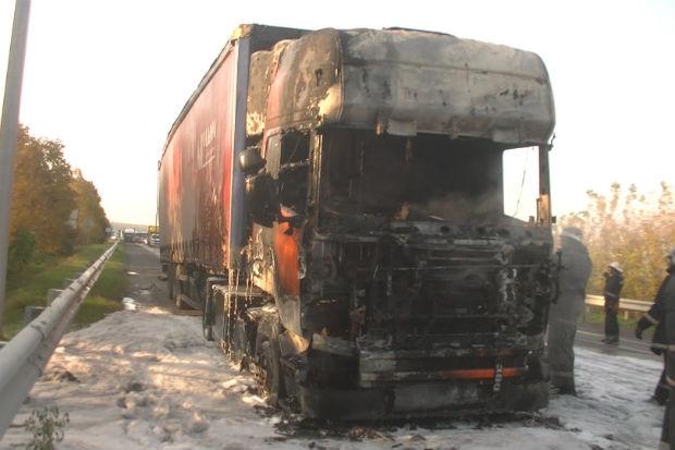 Харківські рятувальники загасили фуру з дошками, яка спалахнула на ходу - фото 3