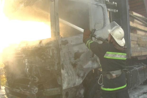 Харківські рятувальники загасили фуру з дошками, яка спалахнула на ходу - фото 1