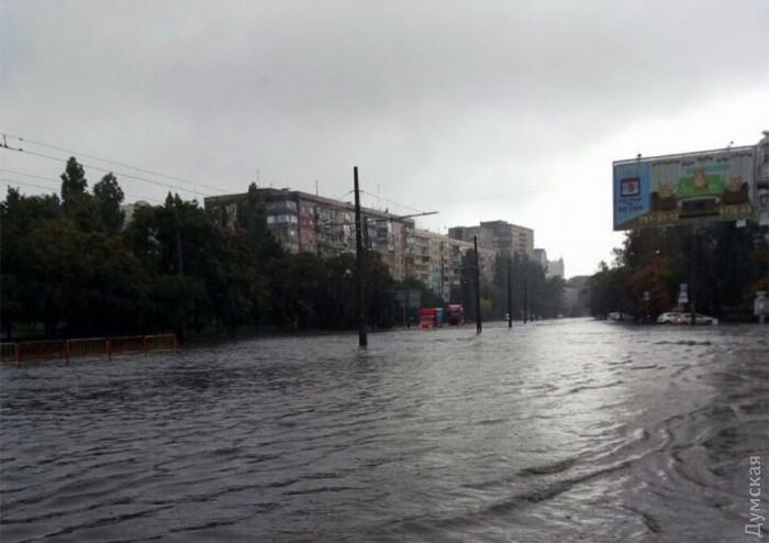 Наслідки буревію в Одесі: машини затоплені, дерева падали на маршрутки з людьми (ФОТО) - фото 2