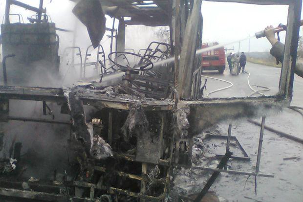 На Харківщині посеред траси спалахнув рейсовий автобус (ФОТО) - фото 2