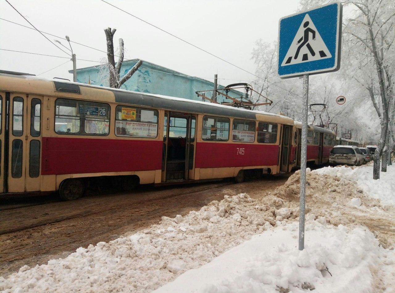 У центрі Харкова трамвай не втримався на рейках (ФОТО)  - фото 2