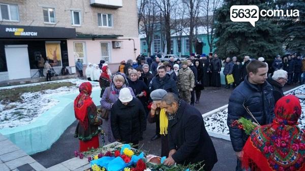 У столиці Західного Донбасу вшанували жертв Голодомору хрестом з лампадок   - фото 3