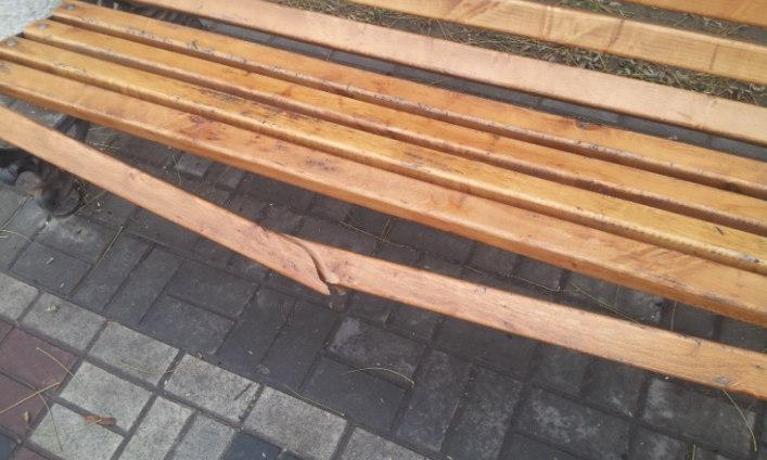 Мелітопольські вандали зламали новеньку лавочку - фото 1