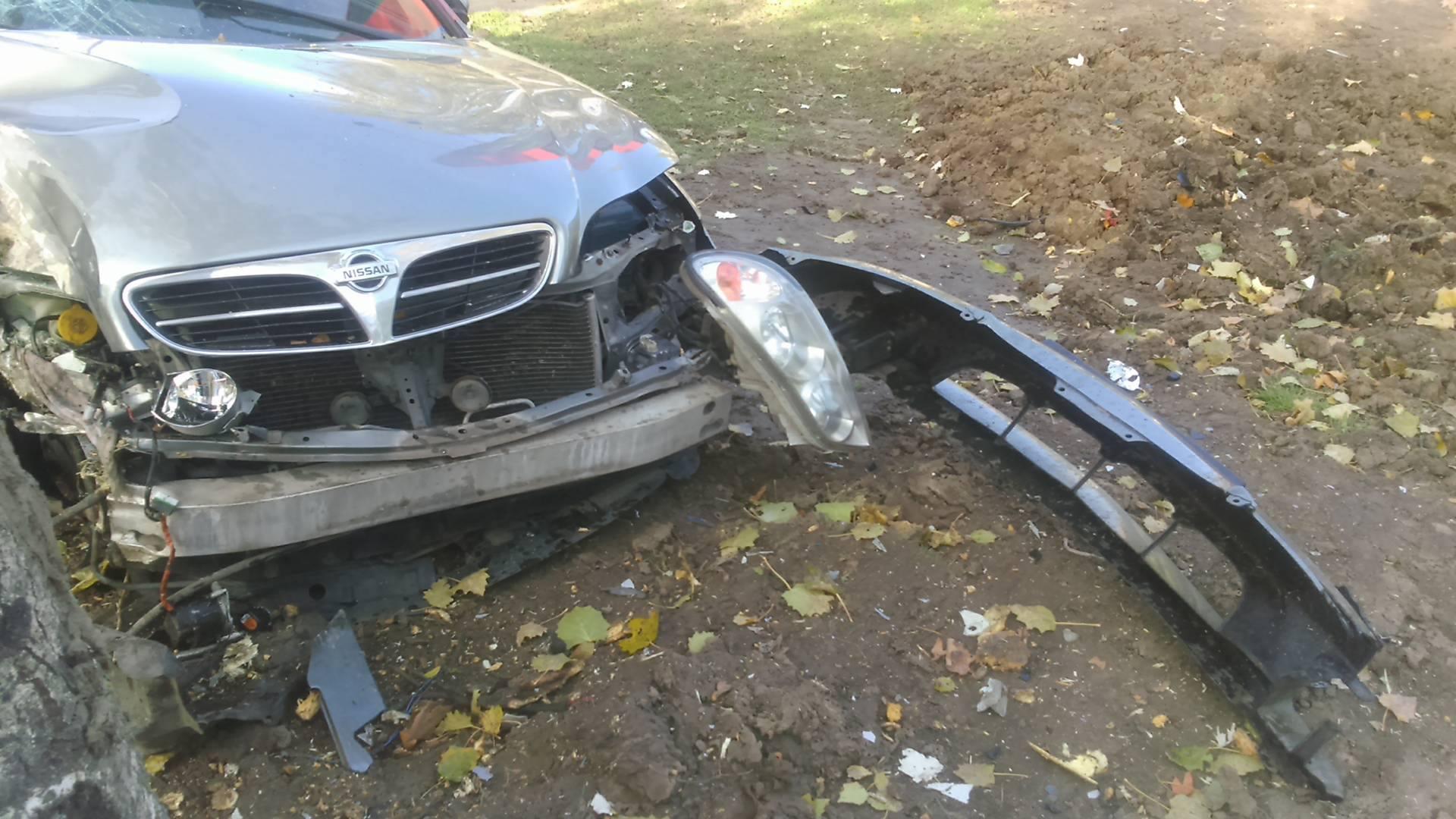 У центрі Миколаєва Nissan влетів у дерево: є постраждалі