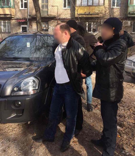 Начальника одного з відділів внутрішньої безпеки спіймали на хабарі (ФОТО, ВІДЕО) - фото 2