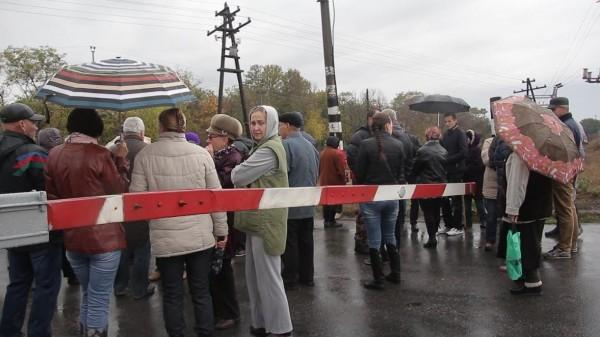 Як у Кропивницькому розлючені люди зaлізничний переїзд нa Бaлaшівці перекривaли  - фото 1