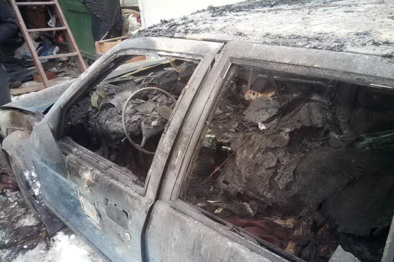 У Харкові просто в гаражі згорів автомобіль (ФОТО)  - фото 2