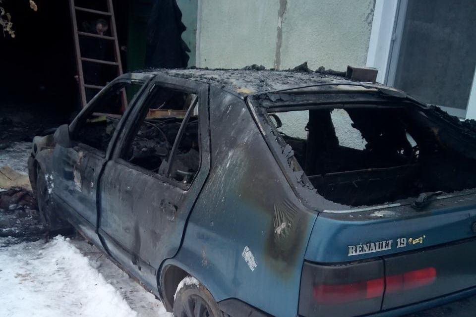 У Харкові просто в гаражі згорів автомобіль (ФОТО)  - фото 1