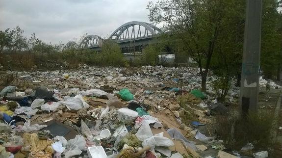 Берег Дніпра у столиці перетворився на масштабне сміттєзвалище  - фото 1
