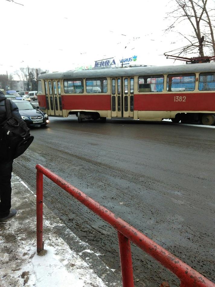 У Дніпрі трамвай зійшов з рейок і ледь не загріб автомобілі - фото 1
