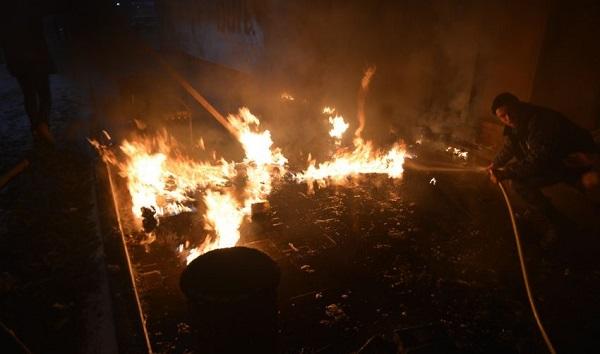 У Кам'янському підпалили ковзанку на центральній площі (ФОТО, ВІДЕО) - фото 1