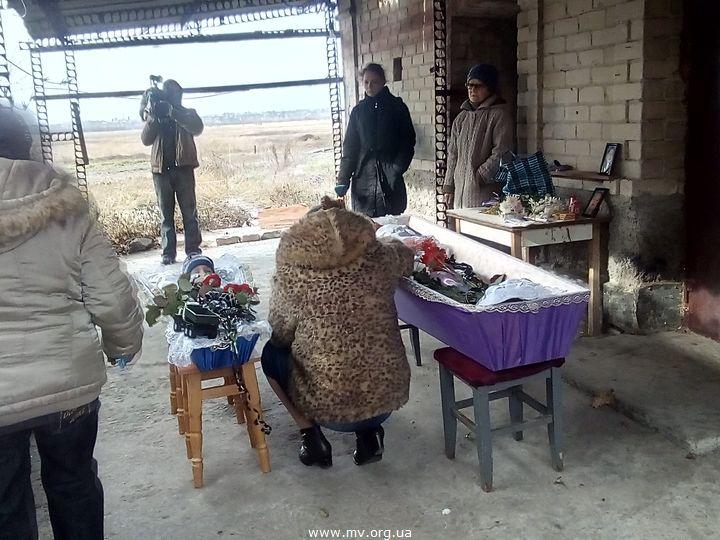 На Запоріжжі поховали жертв звірячого вбивства - матір та маленьку дитину (ФОТО, ВІДЕО) - фото 2