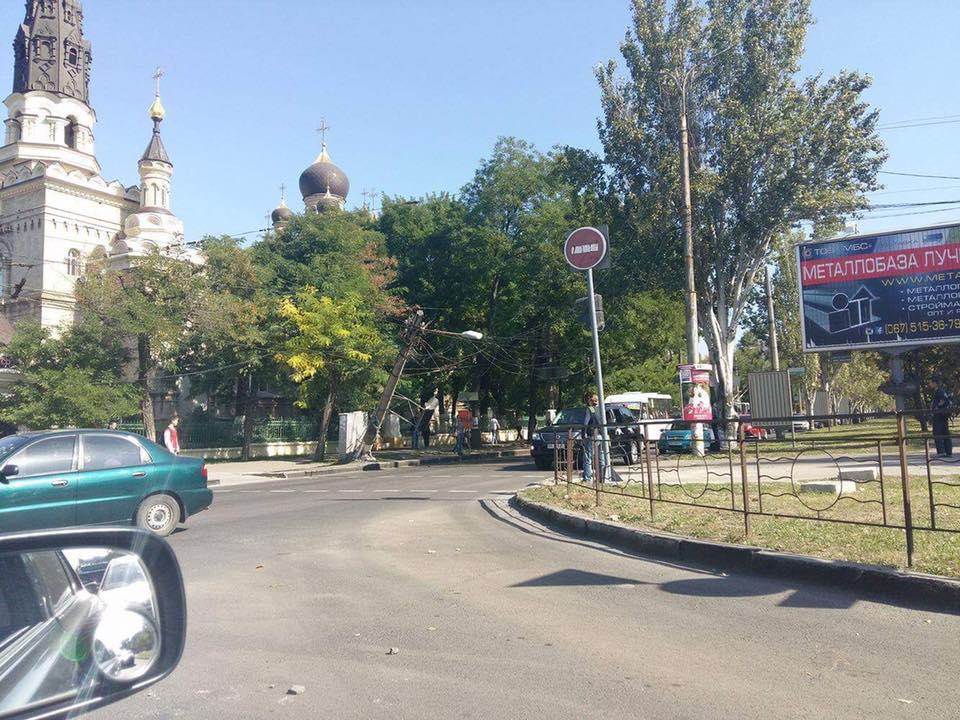 У центрі Миколаєва впала електроопора: рух транспорту обмежено - фото 1