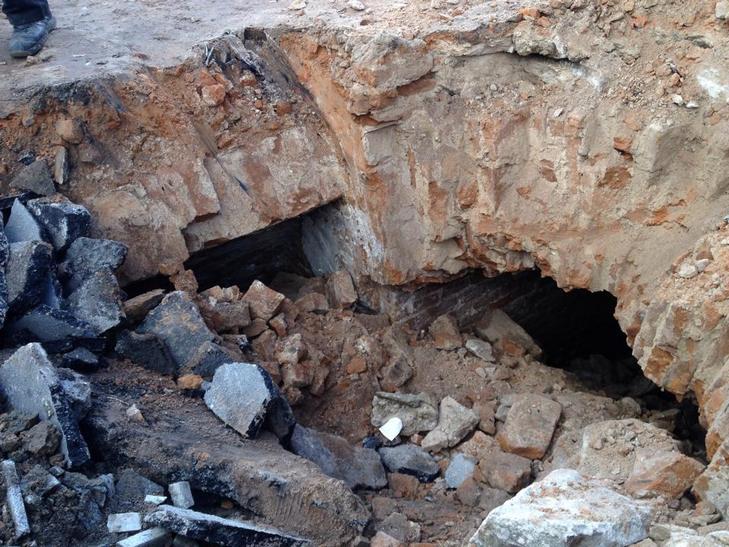 У Житомирі екскаватор провалився в підземелля  - фото 4