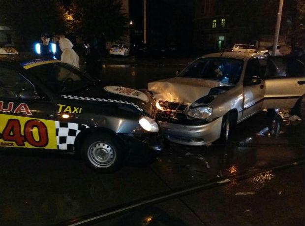 У Харкові в ДТП потрапив автомобіль відомої служби таксі - фото 2