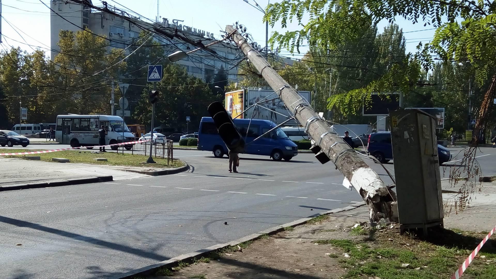 Центр Миколаєва заблоковано через обвал електроопори (ОНОВЛЕНО) - фото 1