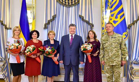 Як Порошенко віддячив вчителям за те, що добре вчать молодих українців - фото 1