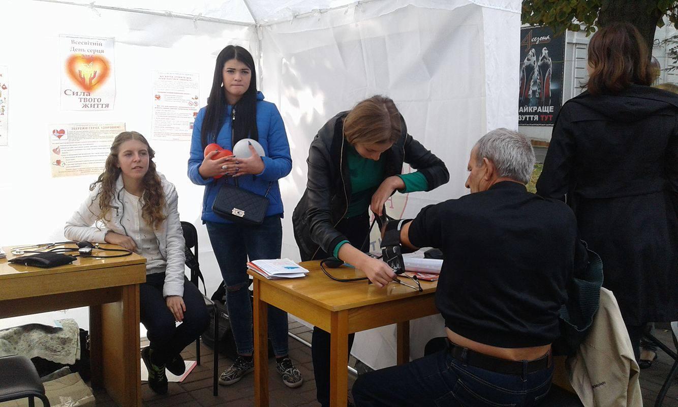 В центрі Вінниці міряють тиск та пригощабть трав'яними чаями - фото 1