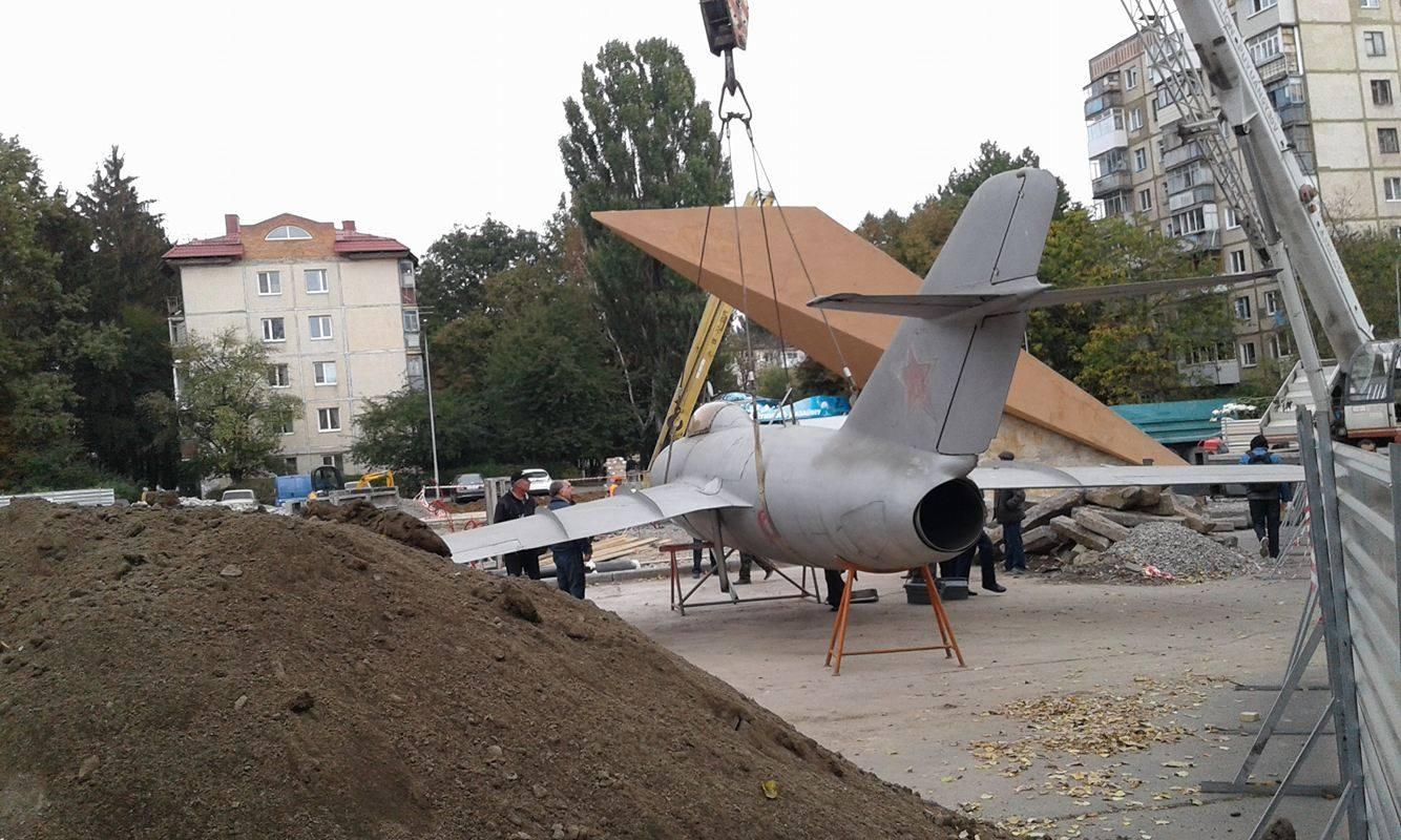 У Вінниці з постаменту зняли літак-пам'ятник - фото 1