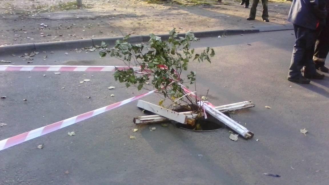 У Миколаєві сміттєвоз провалився в яму