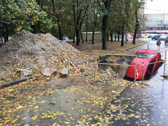 Не помітив: столичний водій провалився в триметрову яму  - фото 1